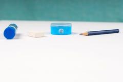Bleistiftspitzer und Gummiband auf dem Weißbuch Lizenzfreie Stockfotos