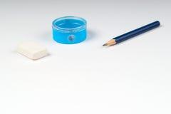 Bleistiftspitzer und Gummiband auf dem Weißbuch Stockfotos