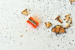 Bleistiftspitzer und Schnitzel Stockbilder