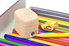 Bleistiftspitzer und Zeichenstifte. Stockfotografie