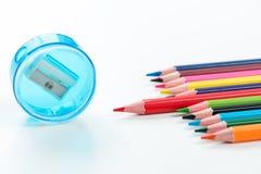 Bleistiftspitzer und Zeichenstifte Lizenzfreie Stockfotos