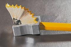 Bleistiftspitzerbleistift mit Schnitzeln Stockbilder