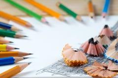 Bleistiftspitzerschnitzel auf dem Weißbuch Zurück zu Schule Lizenzfreie Stockfotos