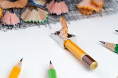 Bleistiftspitzerschnitzel auf dem Weißbuch Zurück zu Schule Stockbilder