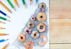 Bleistiftspitzerschnitzel auf dem Weißbuch Zurück zu Schule Lizenzfreies Stockfoto
