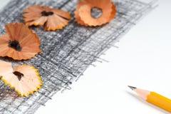 Bleistiftspitzerschnitzel auf dem Weißbuch Zurück zu Schule Stockbild