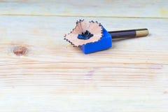 Bleistiftspitzerschnitzel auf einem Holztisch Zurück zu Schule Stockfotografie