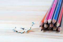 Bleistiftspitzerschnitzel auf einem Holztisch Zurück zu Schule Stockfoto