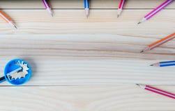 Bleistiftspitzerschnitzel auf einem Holztisch Zurück zu Schule Lizenzfreie Stockbilder