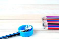 Bleistiftspitzerschnitzel auf einem Holztisch Zurück zu Schule Lizenzfreie Stockfotos