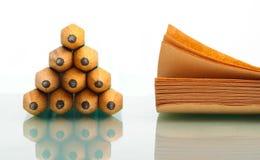Bleistiftstapel und -notizblock Stockfoto