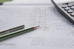 Bleistiftstift und -taschenrechner auf Plänen Architektur- und Technikwohnungskonzept Lizenzfreie Stockbilder