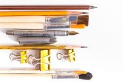 Bleistiftstifte und -bürsten auf einem weißen Studiohintergrund Stockbilder