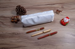 Bleistifttasche auf hölzerner Tabelle Stockfotos