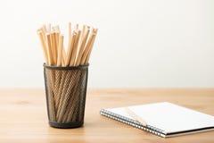 Bleistifttopf und -notizbuch Lizenzfreies Stockfoto