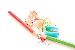 Bleistiftzeichenstift und -bleistiftspitzer auf weißem Hintergrund Stockfoto