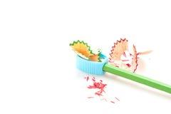 Bleistiftzeichenstift und -bleistiftspitzer auf weißem Hintergrund Lizenzfreies Stockbild