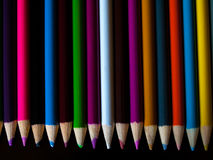 Bleistiftzeichenstifte, die auf einer Tabelle liegen Lizenzfreies Stockbild