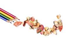 Bleistiftzeichenstifte und Schnitzel von verschiedenen Farben Stockfoto
