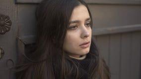 Blek ung kvinna som svimmar på gatan, förlorande medvetenhet, hälsoproblem royaltyfria bilder