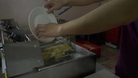 Blekende aardappels Het bleken van aardappels alvorens te braden stock videobeelden