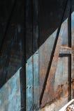 Blekna blåttmålarfärg, wood dörr royaltyfria bilder