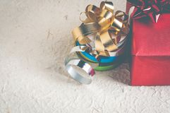 Blekna ut färgeffekt av den röda gåvaasken med bandet, och garnering för jul planlägger Royaltyfri Foto