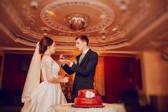 blemished παλαιός ακόμα μαζί γάμος ζευγών κέικ Στοκ φωτογραφία με δικαίωμα ελεύθερης χρήσης
