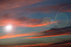 Blendenfleck auf schönem Sonnenunterganghimmel Stockbilder