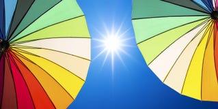 Blendenfleck des Sonnenlichts auf blauem Himmel Stockfotografie