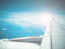 Blendenfleck und Ansicht des Düsenflugzeugflügels Stockbild