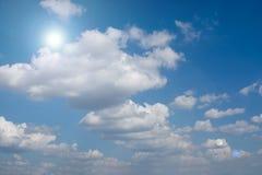 Blendenfleck und Sonnenlicht mit Wolken Lizenzfreie Stockfotografie