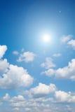 Blendenfleck und Sonnenlicht mit Wolken Stockbilder