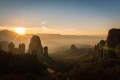 Blendenfleck vom Sonnenuntergang ower Meteora-Tal in Griechenland Lizenzfreie Stockfotos