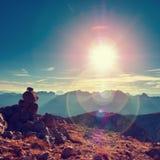 Blendenfleckdefekt Ausgeglichenes Stein-pyramide auf steiniger Spitze des Berges Lizenzfreie Stockfotos