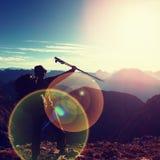 Blendenfleckdefekt Glücklicher allein erwachsener Wanderer mit angehobenen Pfosten Stockfoto