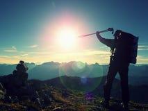 Blendenfleckdefekt Glücklicher allein erwachsener Wanderer mit angehobenen Pfosten Lizenzfreies Stockbild