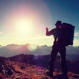 Blendenfleckdefekt Wanderer macht selfie Foto Mann mit großem Rucksack Stockbild