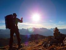 Blendenfleckdefekt Wanderer macht selfie Foto Mann mit großem Rucksack Stockfoto