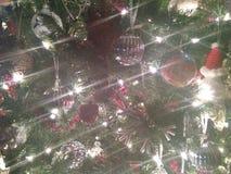 Blendenflecke auf Weihnachtsfeiertags-Baum Lizenzfreie Stockbilder