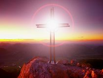 Blendenflecklicht Kreuz auf Spitze von Hoher Goell Lizenzfreie Stockbilder