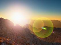 Blendenflecklicht, starker Effekt Morgenansicht über Klippe und Tal Apine Tagesanbruch Sun am Horizont Stockbilder