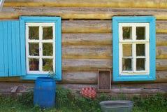 Blendenverschlüsse auf hölzernem Haus Stockbild
