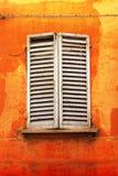Blendenverschlüsse auf orange Wand Stockfoto