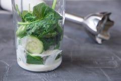 Blender вполне овощей и югурта: здоровая есть и dieting концепция стоковая фотография rf