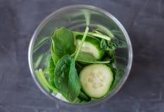 Blender вполне овощей и югурта: здоровая есть и dieting концепция стоковое фото rf