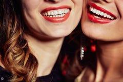 Blendungs-Lächeln von jungen Frauen Lizenzfreies Stockbild