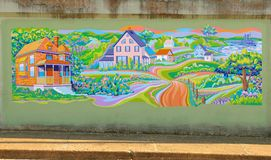 Blendungs-Wandgemälde von Häusern in einer Abhang-Gemeinschaft auf einer Brücken-Unterführung auf James Road in Memphis, Tennesse Stockfoto