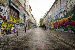 Blendungsstraßenkunst auf Rue Denoyez in Paris Stockbild