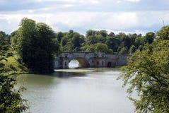 Blenheim-Palast-Brücke über einem See in England Stockbilder